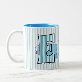 La taza E del niño con monograma del elefante az