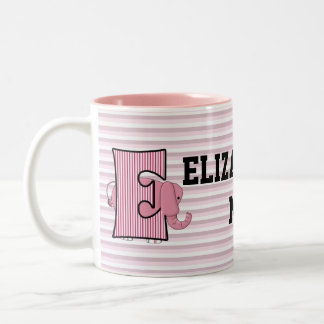 """La taza """"E"""" del niño con monograma del elefante ro"""