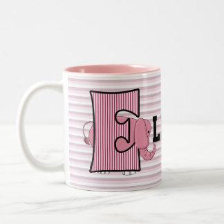La taza E del niño con monograma del elefante ro