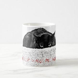 La taza enojada/nunca del gato me despierta