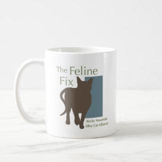 La taza felina del logotipo del arreglo