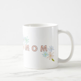 La taza floral en colores pastel de la mamá