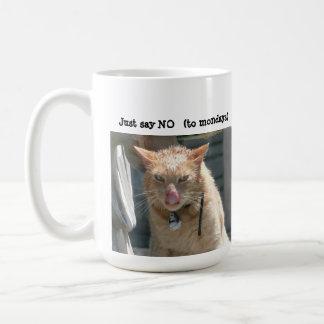 La taza gruñona del gato, apenas dice NO (a lunes)