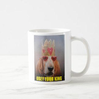 La taza obedece a su rey
