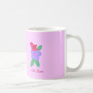 La taza rosada linda del pájaro y de la flor añade