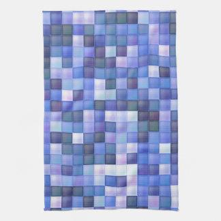 La teja azul del cuarto de baño ajusta el modelo toalla