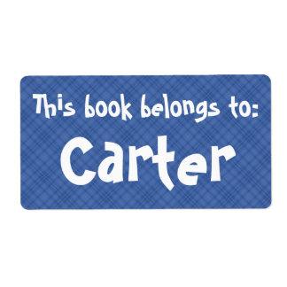"""La tela escocesa azul """"este libro pertenece"""" a la etiqueta de envío"""