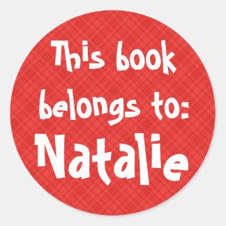 "La tela escocesa roja ""este libro pertenece"" a la pegatina redonda"