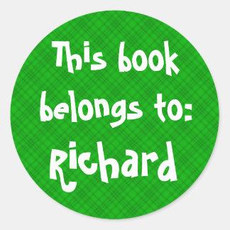"""La tela escocesa verde """"este libro pertenece"""" a la pegatina redonda"""