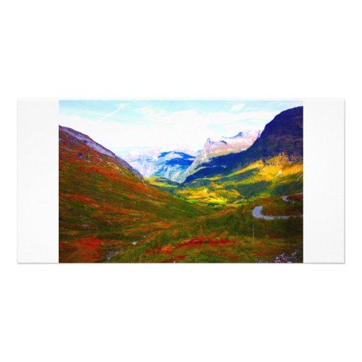 La tierra de la madera y de la nieve en las montañ tarjeta fotográfica