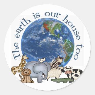 La tierra es nuestra casa también pegatina redonda