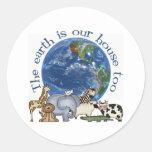 La tierra es nuestros pegatinas de la casa también pegatina redonda