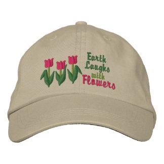 La tierra ríe en flores gorras bordadas