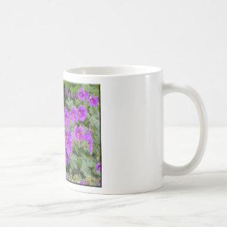 La tierra ríe en flores taza básica blanca