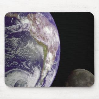 La tierra y la luna tapete de ratón