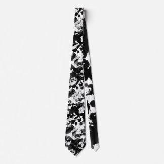 La TINTA negra y blanca SALPICA el modelo Corbatas