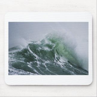 La tormenta Cresting agita en el Pacífico Alfombrillas De Ratones