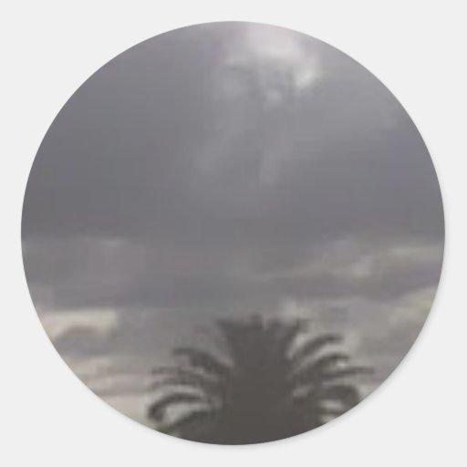 la tormenta está viniendo pegatina redonda