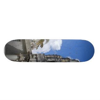 La torre cubre con una cúpula el cielo de las nube tablas de skate