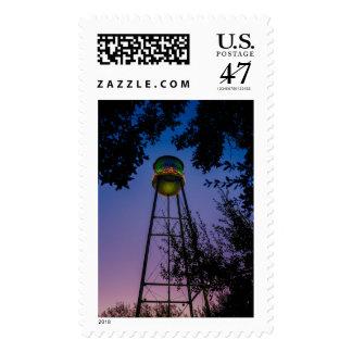 La torre de agua de Gruene con el cielo púrpura de Sello Postal