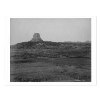 La torre del diablo 2 millas de distante con el postal