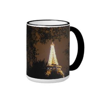 La torre Eiffel en la noche Tazas