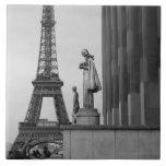 La torre Eiffel es un enrejado del siglo XIX del Azulejo Cuadrado Grande
