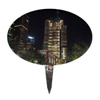 La torre en la plaza de PNC en la noche Figura De Tarta