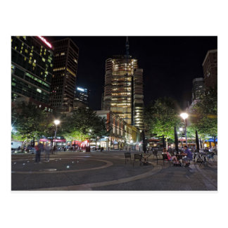 La torre en la plaza de PNC en la noche Postal