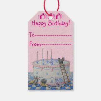 La torta de cumpleaños linda del ratón mira al etiquetas para regalos