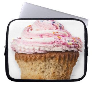 La torta rosada de la taza, en el fondo blanco, funda ordendadores