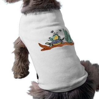 La tortuga ayuda a la rana a estar más cercano a i ropa de perro