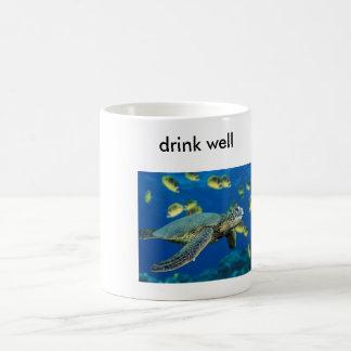 La tortuga de mar verde, bebe bien taza de café