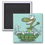 la tortuga linda que se baña en su tina de la cásc imán de nevera