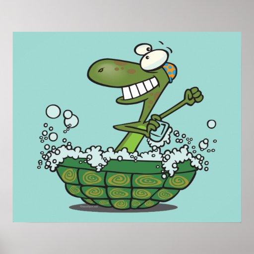 la tortuga linda que se baña en su tina de la cásc poster