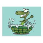 la tortuga linda que se baña en su tina de la cásc postales