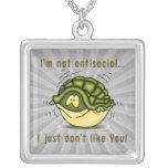 la tortuga no antisocial apenas no tiene gusto de  colgante