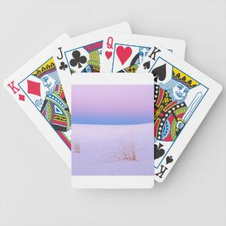 La tranquilidad de la escena del invierno enarena  baraja de cartas