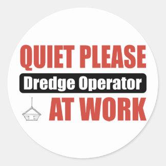La tranquilidad draga por favor al operador en el etiquetas redondas