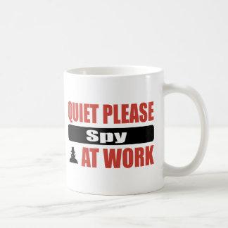 La tranquilidad espía por favor en el trabajo taza de café