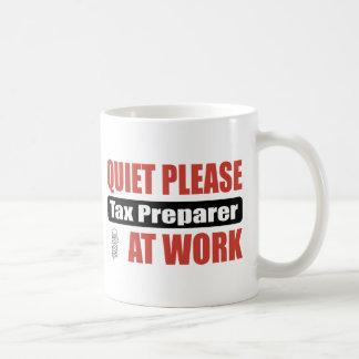 La tranquilidad grava por favor al preparador en taza de café