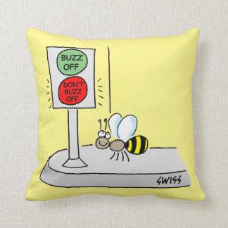 La travesía de la abeja del dibujo animado en la cojín decorativo