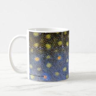 La trucha de arroyo escala fotografía tazas de café