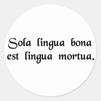 La única buena lengua es una lengua muerta pegatina redonda