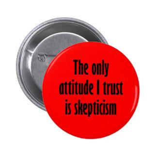 La única confianza de la actitud I es escepticismo Pin Redondo De 2 Pulgadas