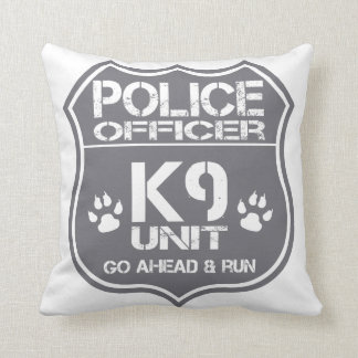 La unidad del oficial de policía K9 va a Cojín