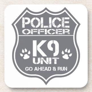 La unidad del oficial de policía K9 va a Posavasos De Bebidas