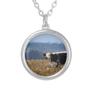 La vaca blanco y negro pasta en campo colgante redondo