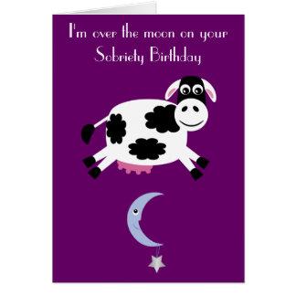 La vaca que salta sobre la sobriedad púrpura de tarjeta de felicitación