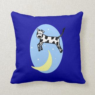 La vaca saltada sobre la almohada del cuarto de ni